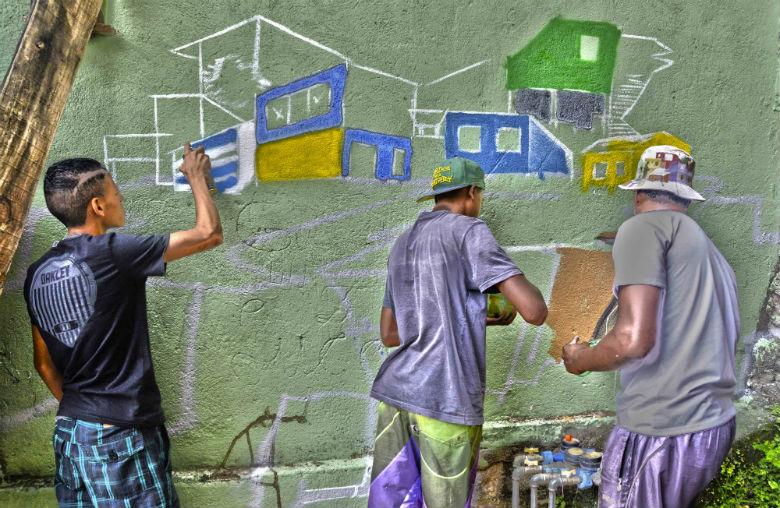 Projeto Já é! Arte no Beco leva cores e novos significados para o Beco Santa Inês, no aglomerado Santa Lúcia, na região Centro Sul de Belo Horizonte (foto: Henrique Chendes/Imprensa MG)